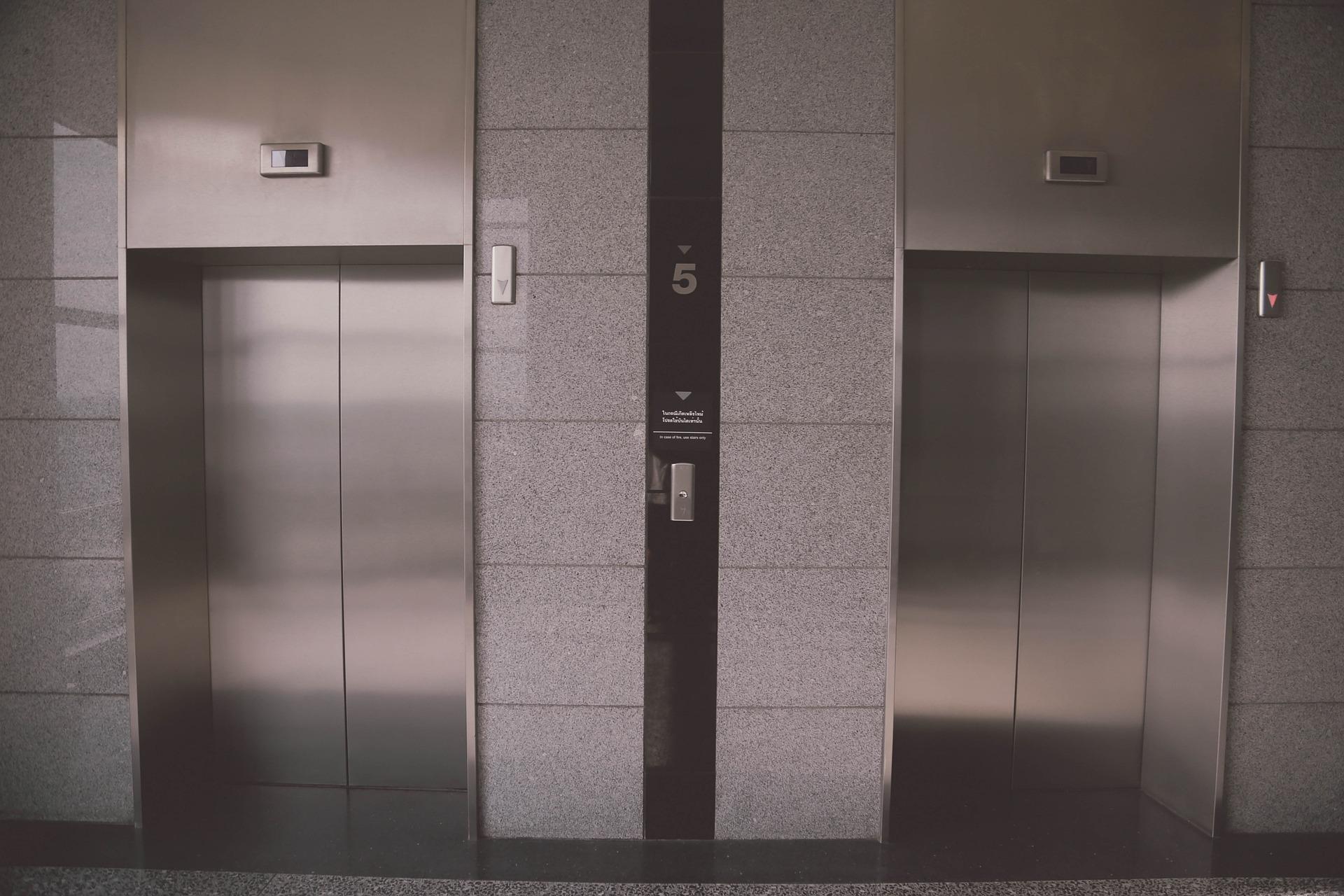 エレベーターの入りぐち