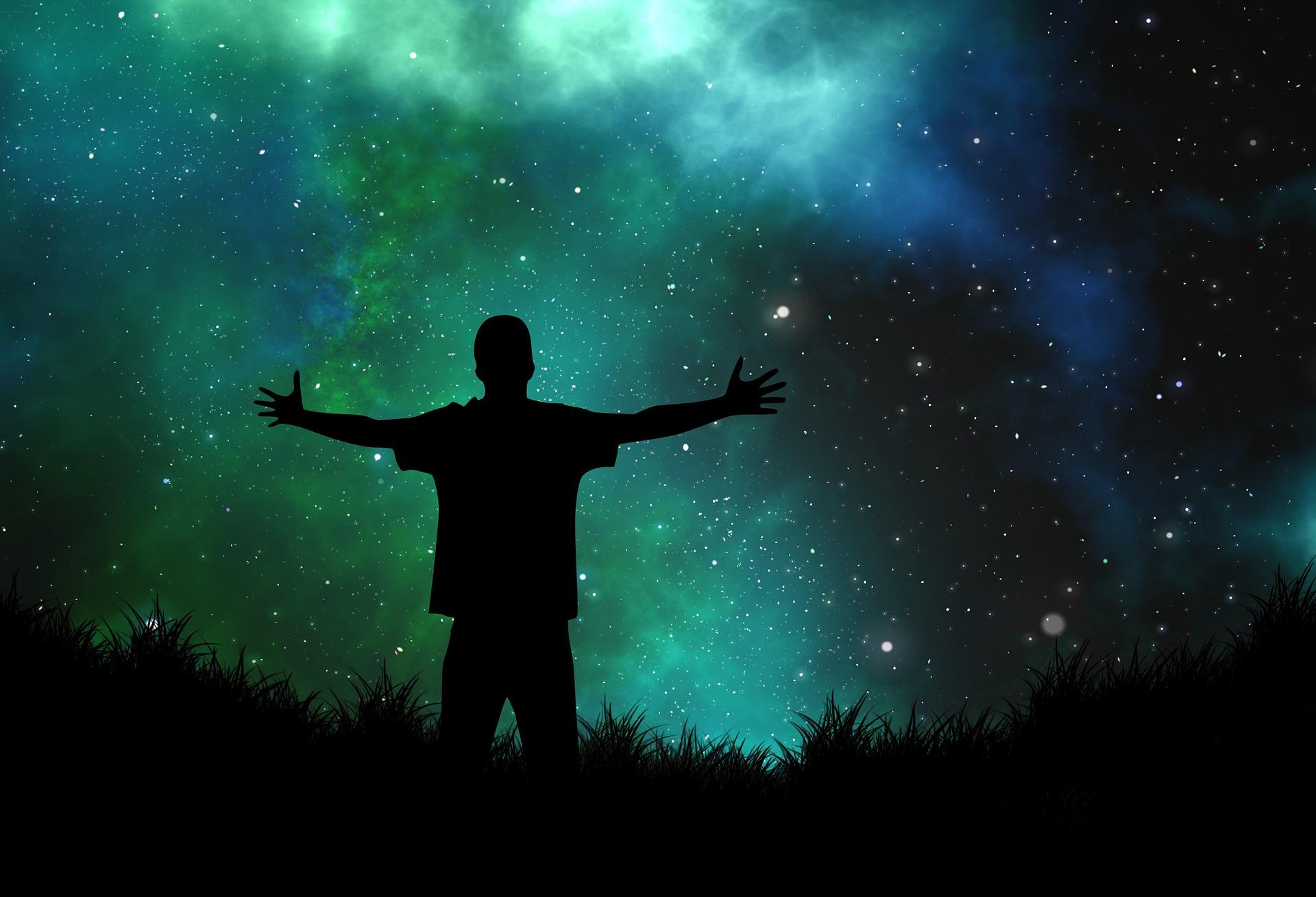 宇宙を感じる男の後ろ姿